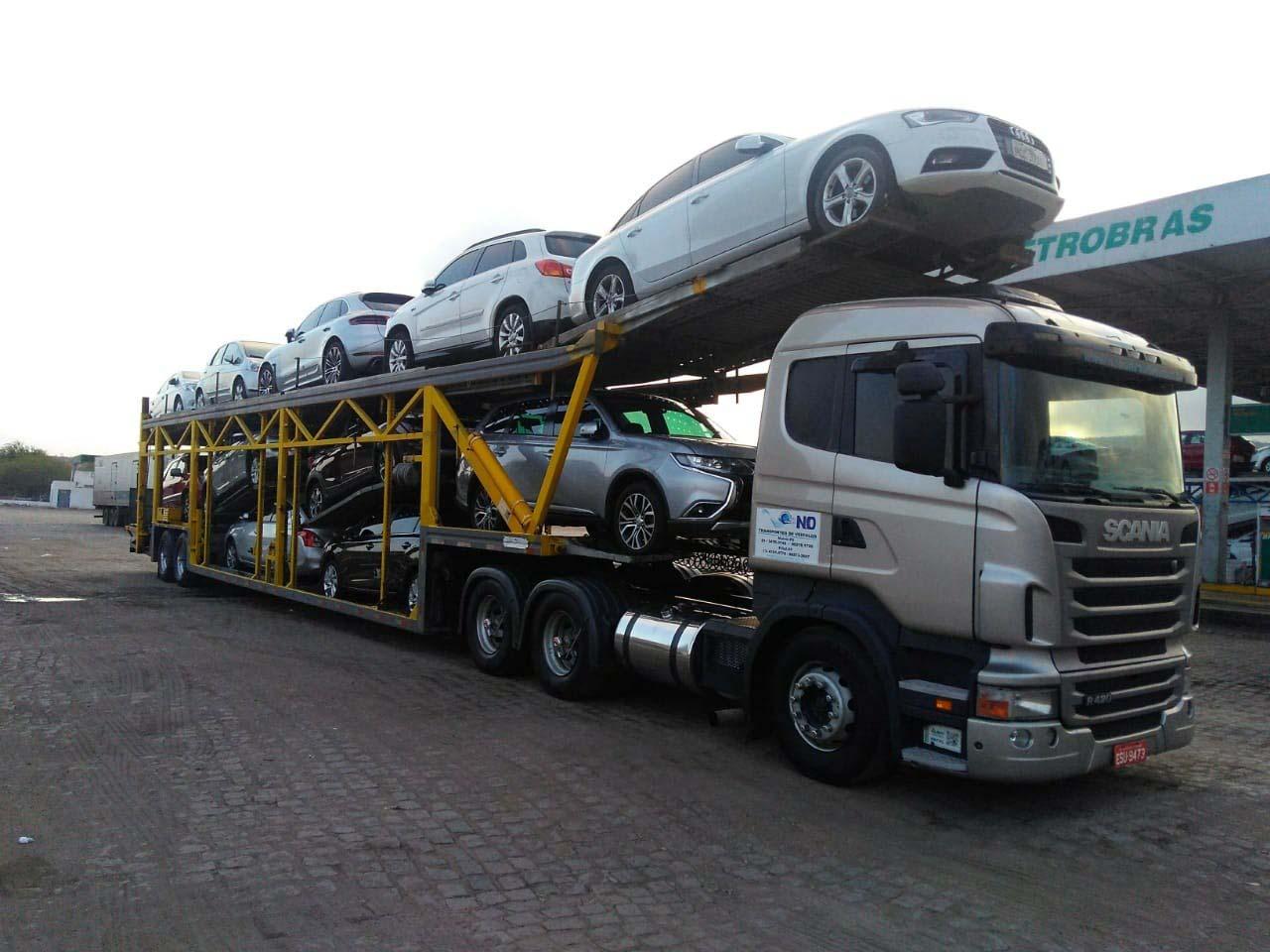 Frete de transporte de veículos